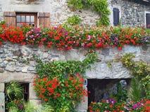 Casa hermosa con las flores en Yvoire, Francia Fotos de archivo
