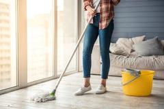 Casa hermosa de la limpieza de la mujer Foto de archivo