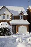 Casa hermosa de la nieve imagenes de archivo