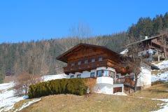 Casa hermosa en las montañas Foto de archivo