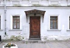 Casa hermosa Pared blanca con la ventana y la puerta Imagenes de archivo