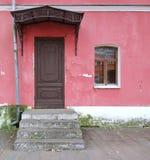 Casa hermosa Pared roja con la ventana y la puerta Imagen de archivo libre de regalías