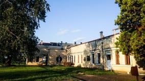 Casa hermosa vieja en el centro del parque imagenes de archivo