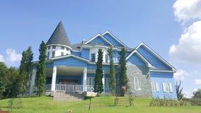 Casa hermosa y agradable debajo del cielo azul Foto de archivo libre de regalías