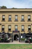 Casa histórica de alfândega com o restaurante da casa de alfândega e a barra de vinho imagem de stock