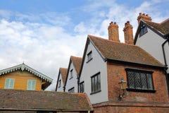 Casa histórica de Eastgate na rua principal com Charles Dickens Swiss Chalet no lado esquerdo foto de stock