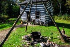 Casa histórica velha no Velho Mundo Wisconsin com um tripé do poço e do ferro fundido do fogo imagens de stock