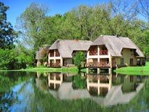 Casa holandesa do cabo tradicional ao lado do lago fotografia de stock