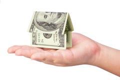 Casa holdling del dinero de la mano del cabrito fotografía de archivo libre de regalías