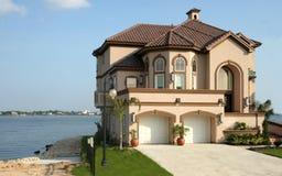 Casa ideal cerca del lago Fotografía de archivo