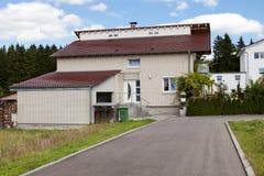 Casa ideal con el garage del coche Fotos de archivo libres de regalías