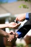 Casa: Il compratore ottiene le nuove chiavi domestiche Immagine Stock Libera da Diritti