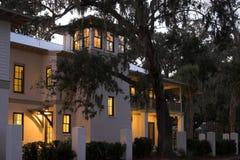 Casa iluminada acima no crepúsculo foto de stock