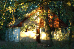 Casa iluminada pelo sol Fotos de Stock
