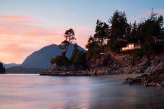 Casa imponente a través del mar en la playa de Tofino, Canadá Imagen de archivo