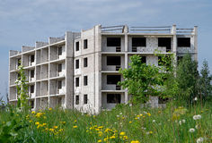 Casa inacabado no prado verde Fotos de Stock