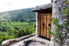 Casa incorporada a una colina en Bosnia Fotos de archivo libres de regalías