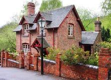 Casa inglesa de la aldea del ladrillo rojo Fotografía de archivo libre de regalías