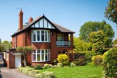 Casa inglesa típica con un jardín Imágenes de archivo libres de regalías