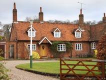 Casa inglesa tradicional de la aldea fotos de archivo