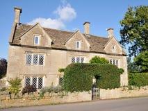 Casa inglesa vieja de la granja del país Fotos de archivo libres de regalías