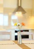 Casa interior, cocina moderna grande, mesa de comedor Imagen de archivo
