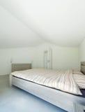 Casa interna e moderna, camera da letto Immagini Stock Libere da Diritti