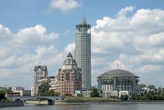 Casa internacional de Moscú de la música y de las colinas lujosas del rojo de Swissotel del hotel Fotos de archivo