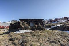 Casa inuit nella città di Ilulissat della Groenlandia Maggio 2016 Immagini Stock Libere da Diritti