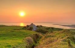 Casa irlandesa de la cabaña en la puesta del sol Fotos de archivo