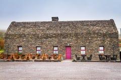 Casa irlandesa tradicional de la cabaña Imagenes de archivo