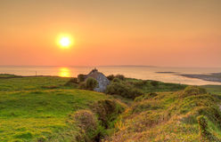 Casa irlandese del cottage al tramonto Fotografie Stock