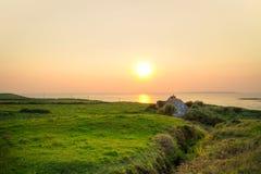 Casa irlandese del cottage al tramonto Fotografie Stock Libere da Diritti