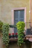 Casa italiana con i fiori sul terrazzo fotografia stock