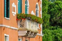 Casa italiana con i fiori sul terrazzo immagine stock libera da diritti
