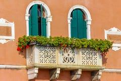 Casa italiana con i fiori sul terrazzo immagine stock