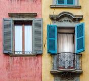Casa italiana con le pareti variopinte, le finestre ed il balcone Fotografie Stock