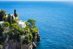 Casa italiana em um penhasco perto da costa de mar tyrrhenian, costa de Amalfi fotos de stock