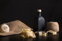 A casa italiana fez o conceito da massa dos tagliatelle no fundo de madeira preto foto de stock