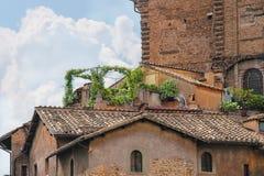 Casa italiana pintoresca con las flores en la terraza Fotografía de archivo