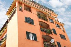 Casa italiana pintoresca con las flores en los balcones imagen de archivo libre de regalías