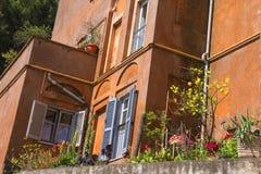 Casa italiana pitoresca com as plantas no terraço Foto de Stock