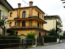 Casa italiana típica em Rimini, Itália Casas bonitas em Europa fotos de stock royalty free