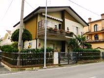 Casa italiana típica en Rímini, Italia Casas hermosas en Europa foto de archivo