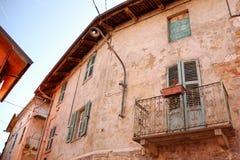 Casa italiana vieja con el balcón Imágenes de archivo libres de regalías