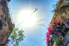 Casa italiana vieja con el balcón adornado con las flores frescas Foto de archivo