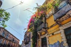 Casa italiana vieja con el balcón adornado con las flores frescas Imagen de archivo libre de regalías