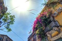Casa italiana vieja con el balcón adornado con las flores frescas Fotografía de archivo