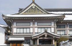 Casa japonesa coberta na neve perto do parque nacional de Joshinetsu-Kogen, Nagano, Japão, 2018 fotos de stock
