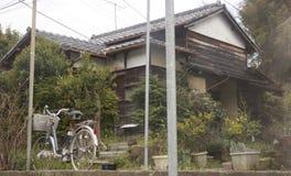 Casa japonesa vieja con la bici Fotografía de archivo libre de regalías